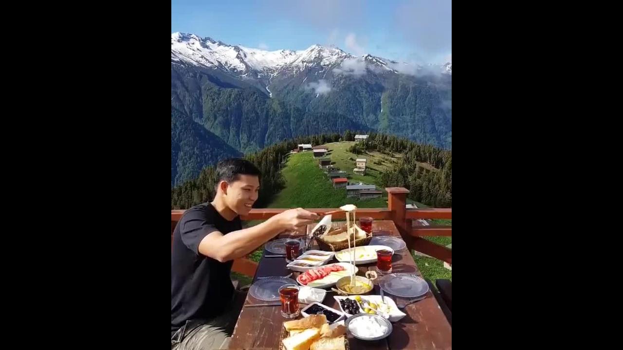 Restaurante que fica em uma montanha na Turquia