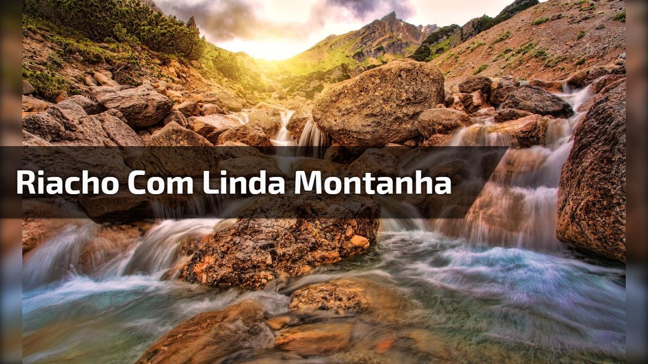 Riacho com linda montanha