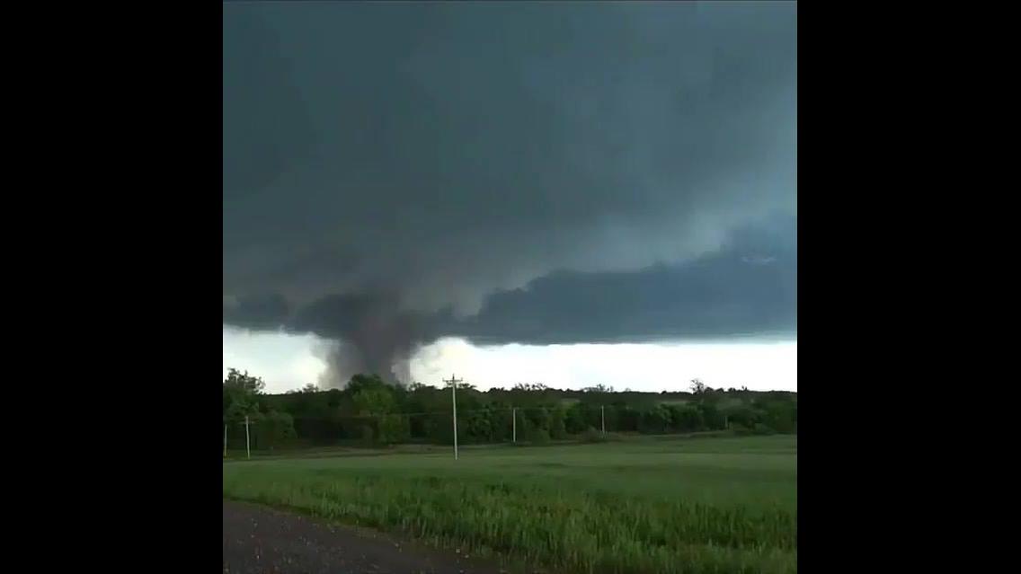 Tornado destruindo tudo por onde passa