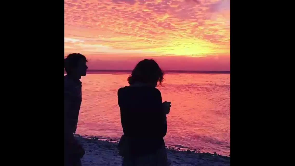 Vídeo com lindo por do sol a beira mar