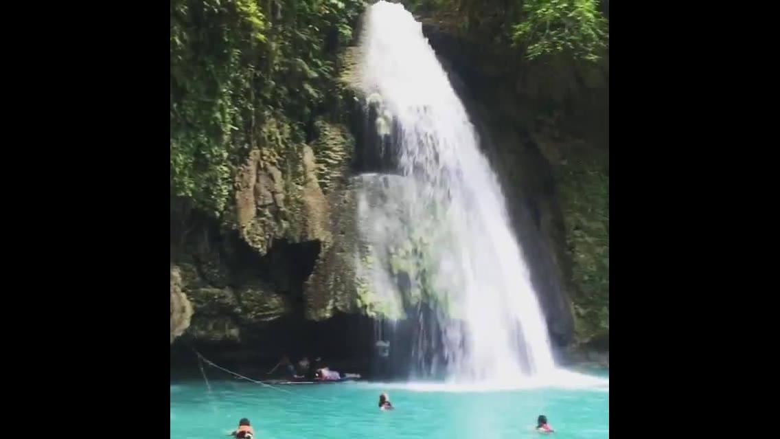 Vídeo mostrando a cachoeira mais linda do mundo Kawasan que fica nas Filipinas