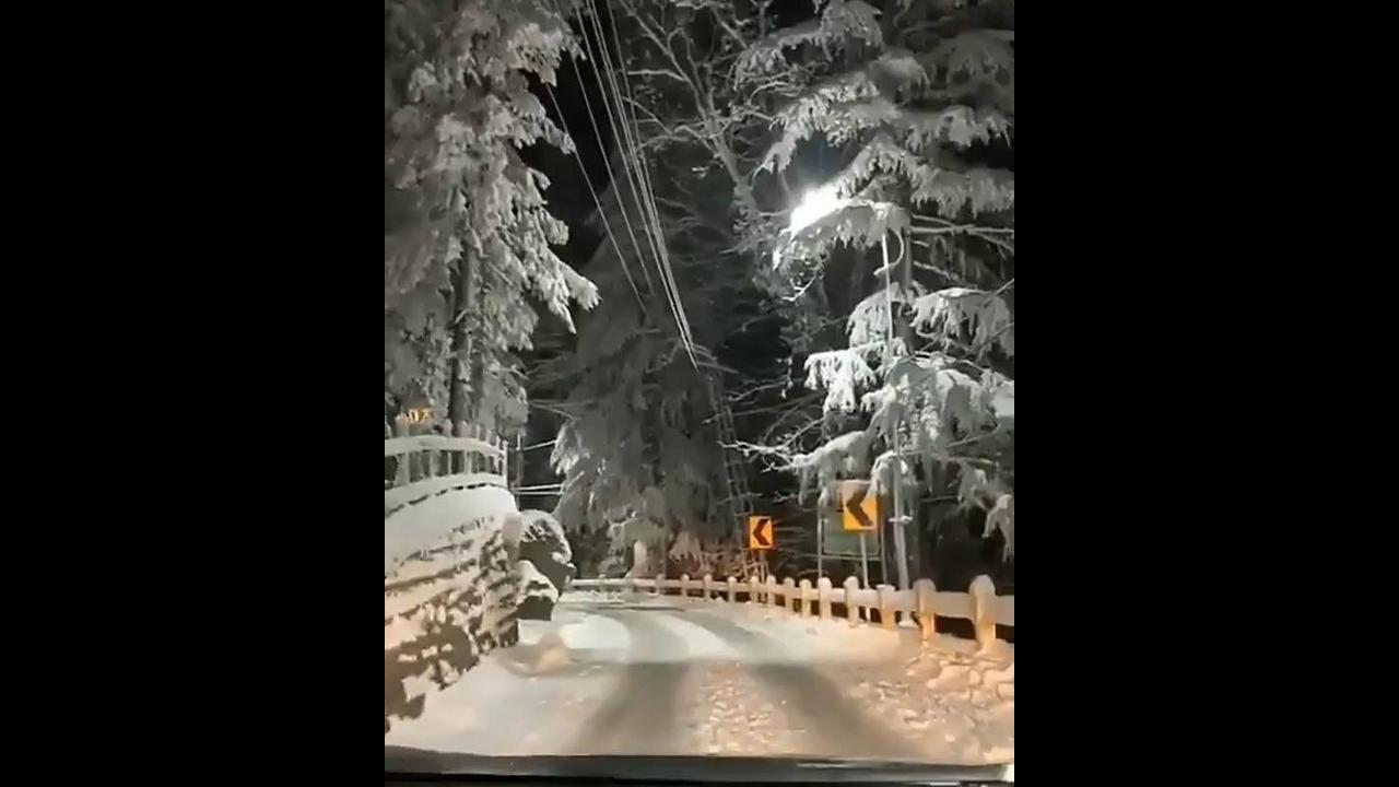 Vídeo mostrando estrada coberta de neve