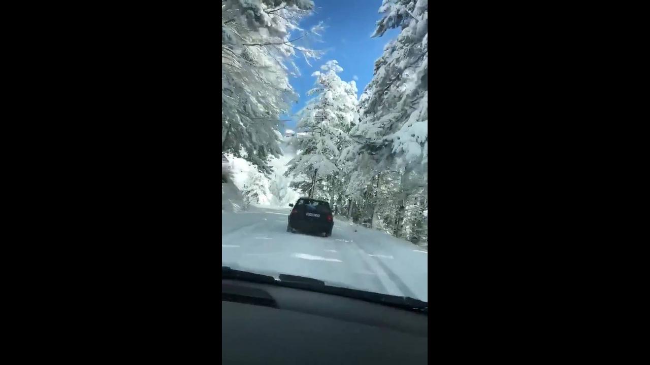 Vídeo mostrando estrada depois de nevasca