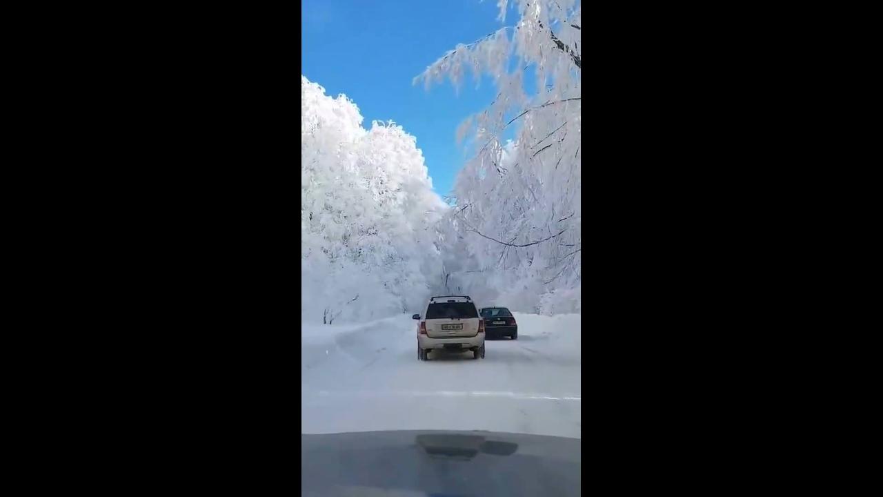 Vídeo mostrando estrada na Georgia coberta por neve em um dia de sol