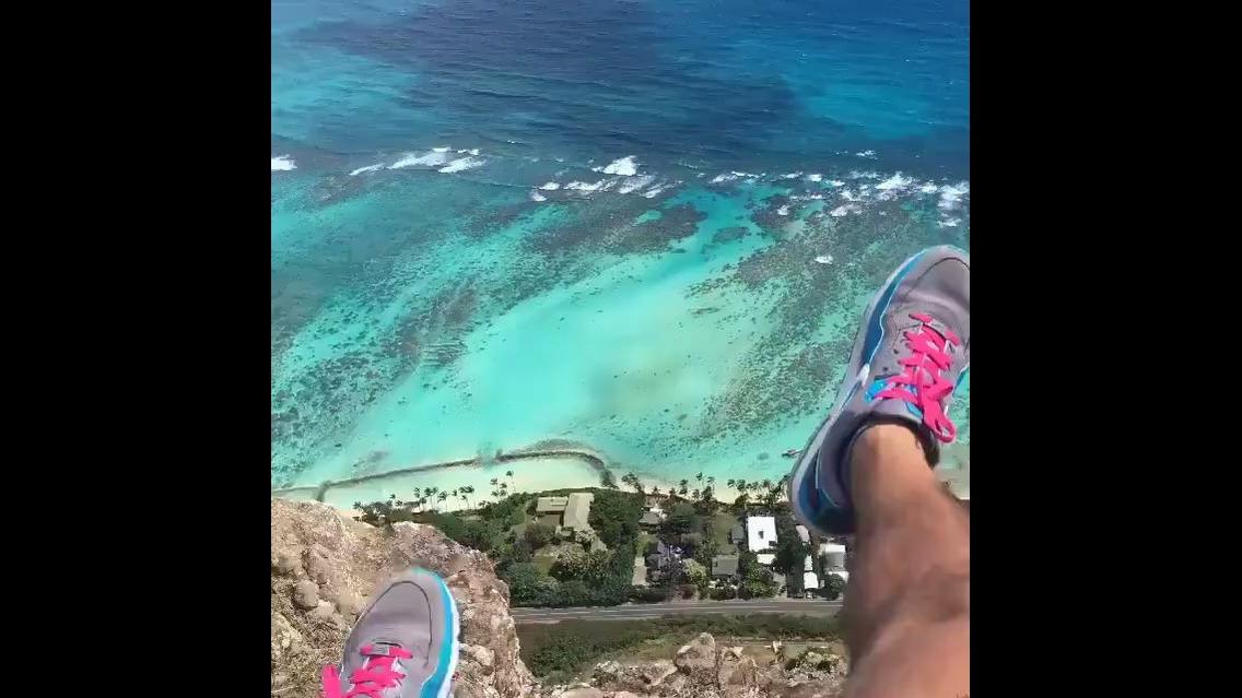 Vídeo mostrando Hawaii do alto de uma montanha