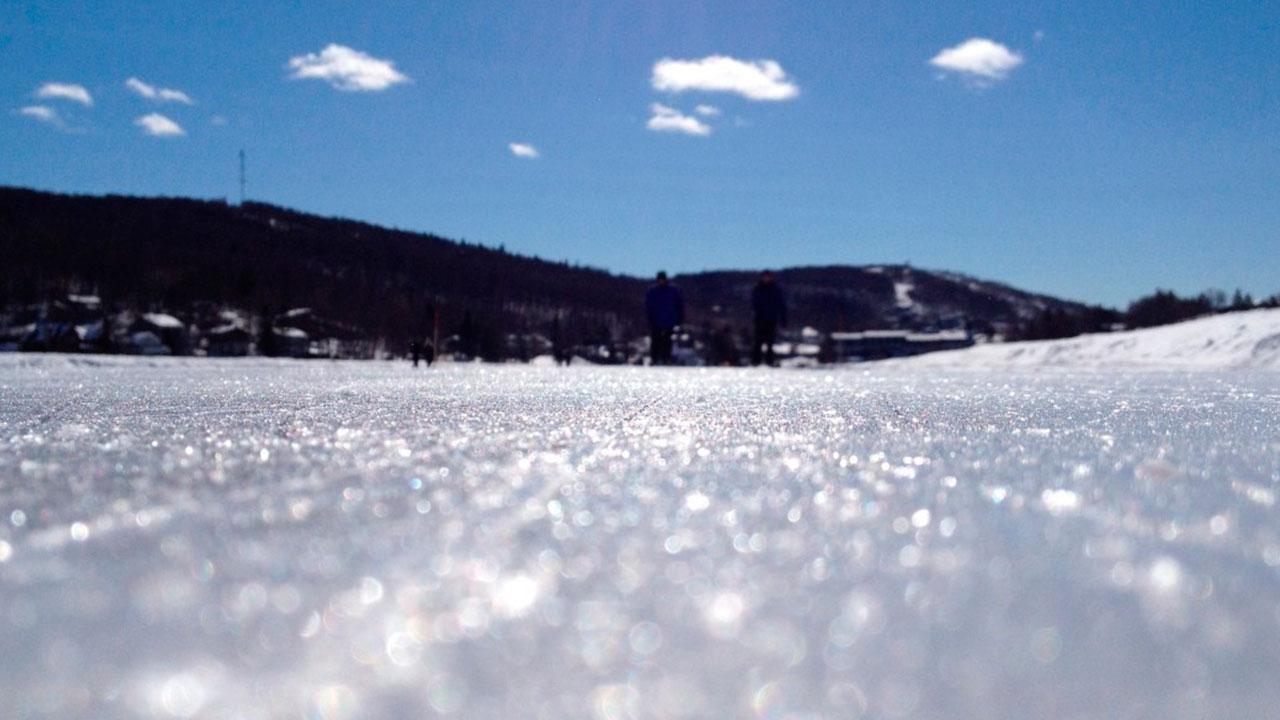 Vídeo mostrando patinação em lago congelado