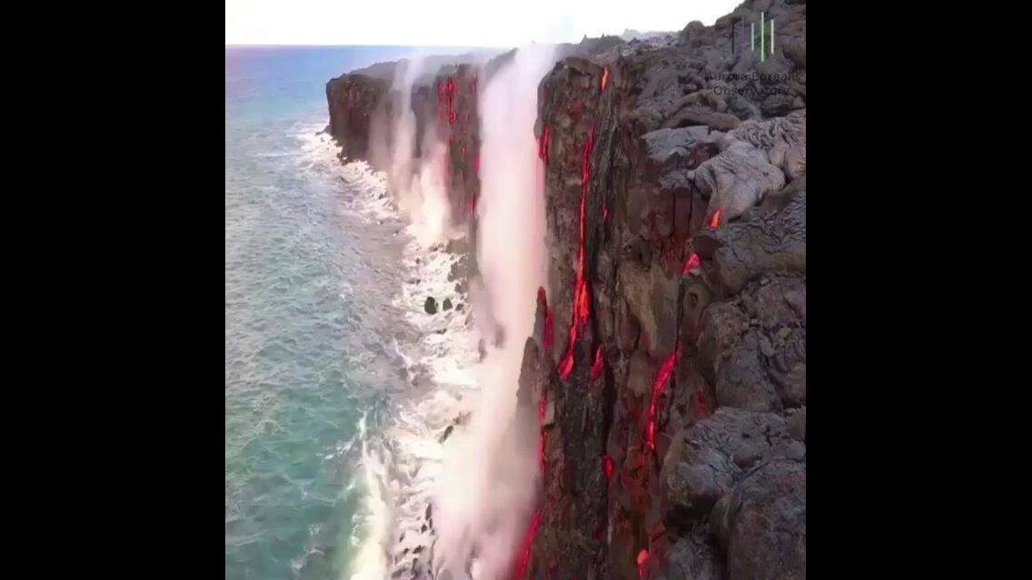 Vulcão em erupção no Hawaii jogando lava no mar