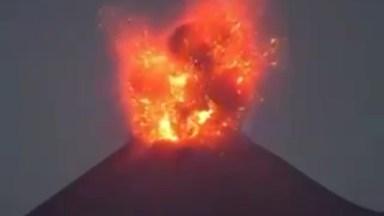 Vulcão Em Erupção Veja O Momento Em Que A Lava Explode Para Fora!
