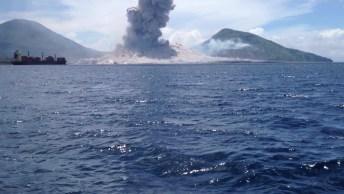 Vulcão Entrando Em Erupção Em Uma Pequena Ilha, As Imagens São Impressionantes!