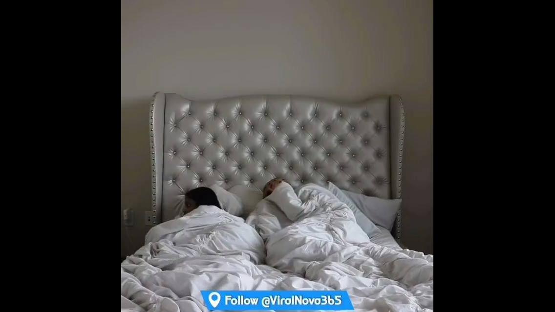 Assustando a namorada que esta dormindo