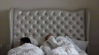 Assustando A Namorada Que Esta Dormindo, O Que Você Faria No Lugar Dela?