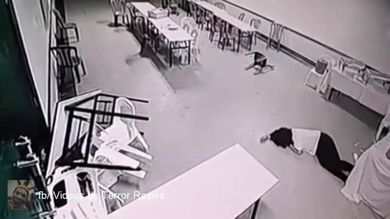 Câmera de segurança registra o momento em que uma mulher é atacada por fantasma