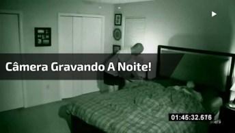 Homem Colocou A Câmera Para Gravar Enquanto Dormia E Veja O Que Capturou!