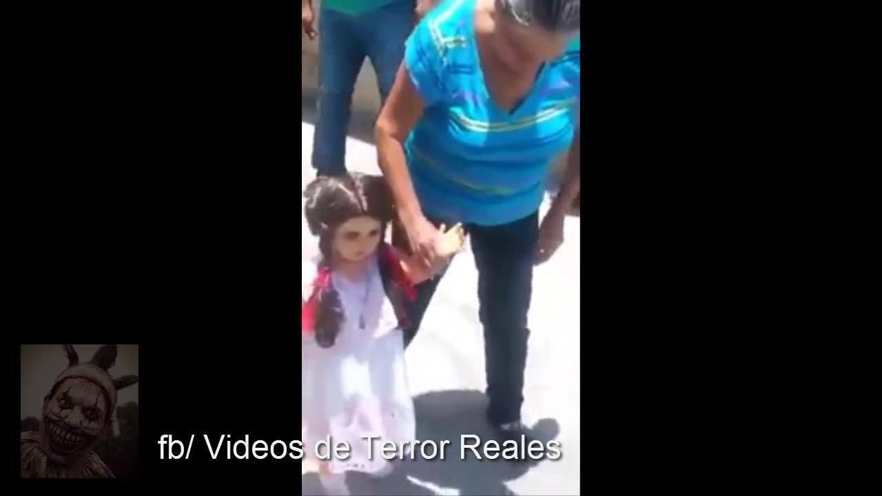 Vídeo de terror da estranha boneca que só caminha com sua dona