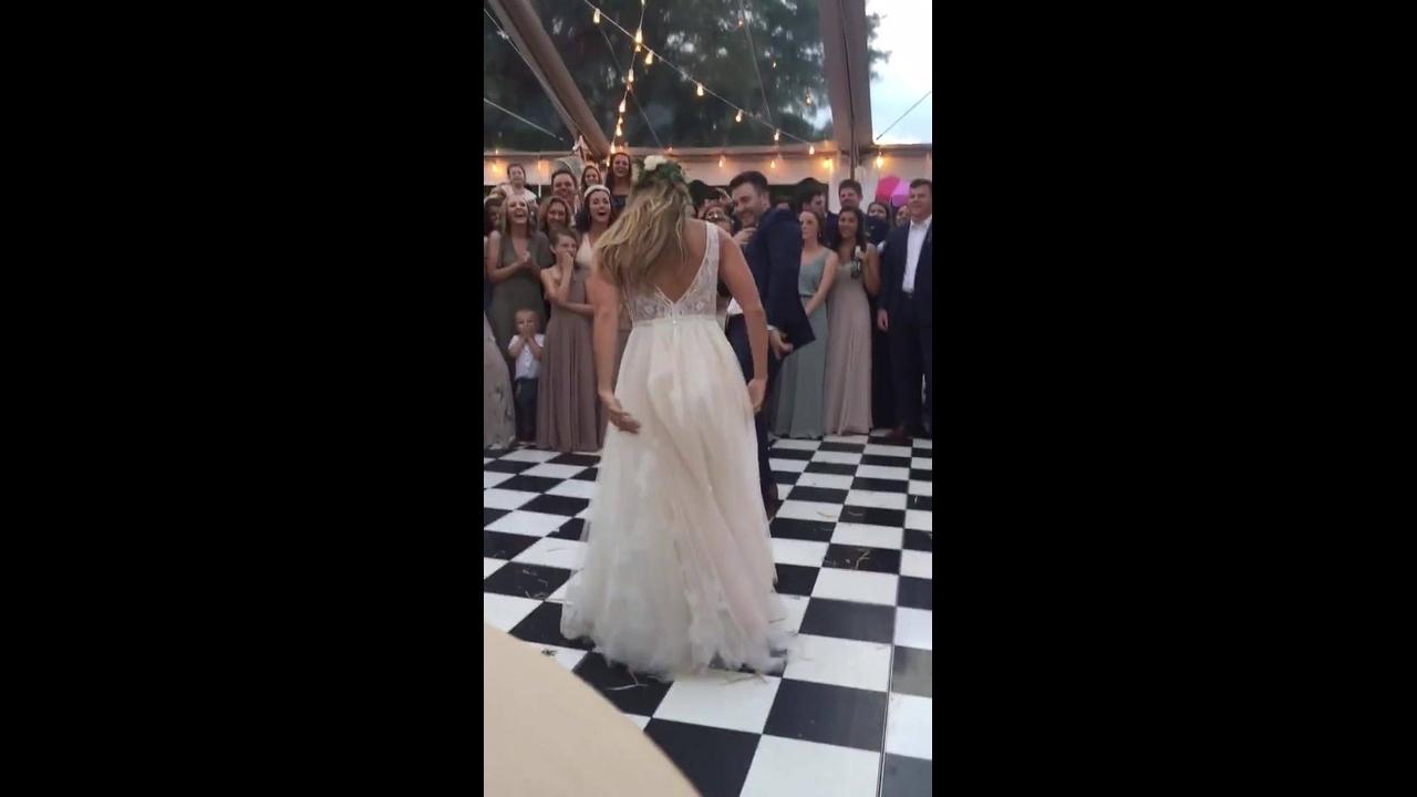 Casal faz dança divertida em casamento