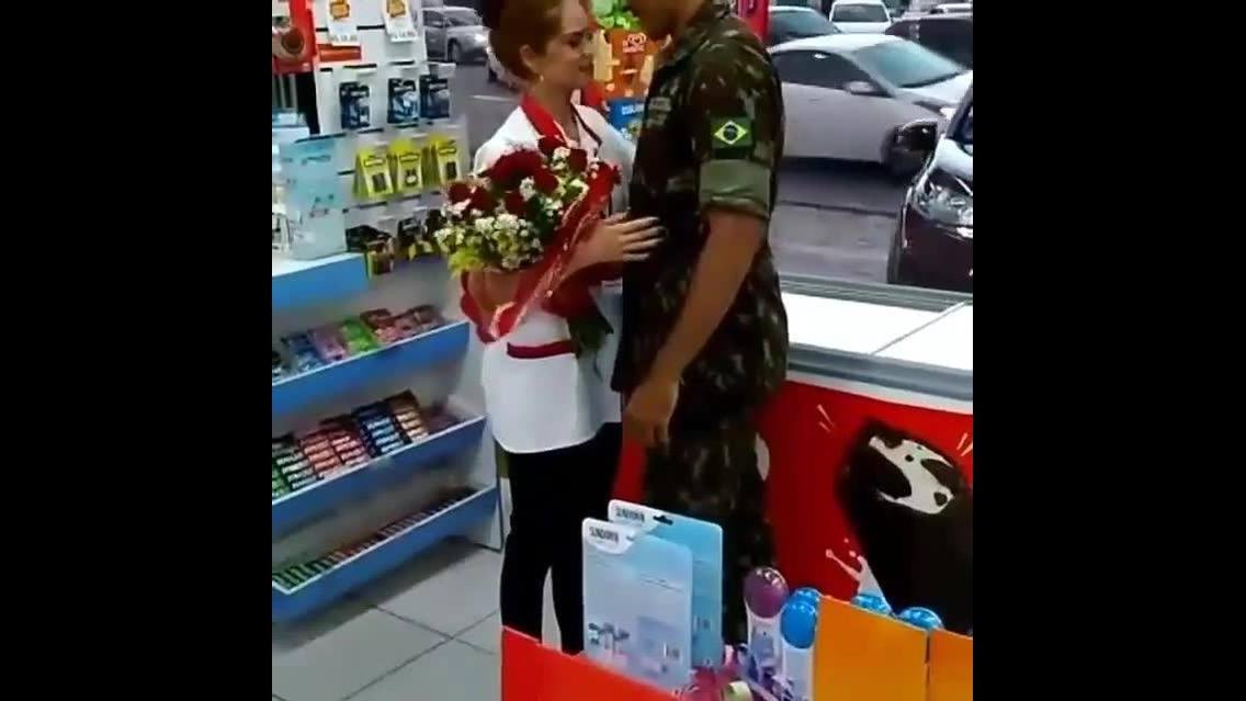 Homem faz pedido de casamento no trabalho da namorada