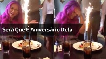 Namorado Finge Que É Aniversário Da Namorada Em Todos Os Restaurantes Que Vão!
