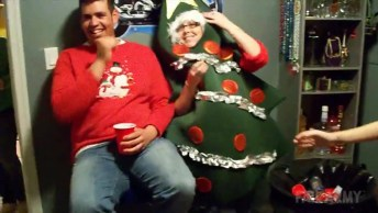 Aquele Momento Que A Árvore De Natal Desmaia, Para Rir E Compartilhar!