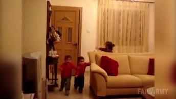 Crianças Se Assustam Com Entrada Do Papai Noel, Muito Engraçado!