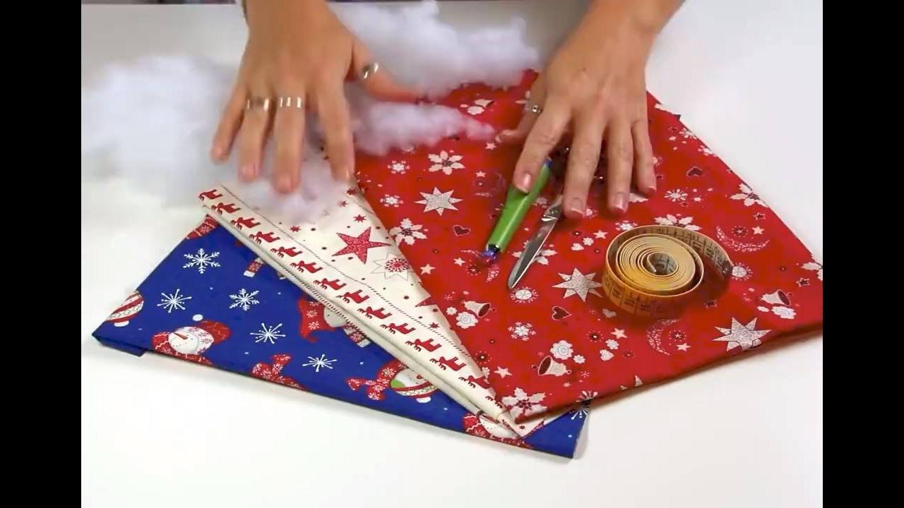 Guirlanda de Natal feita com tecido com enchimentos