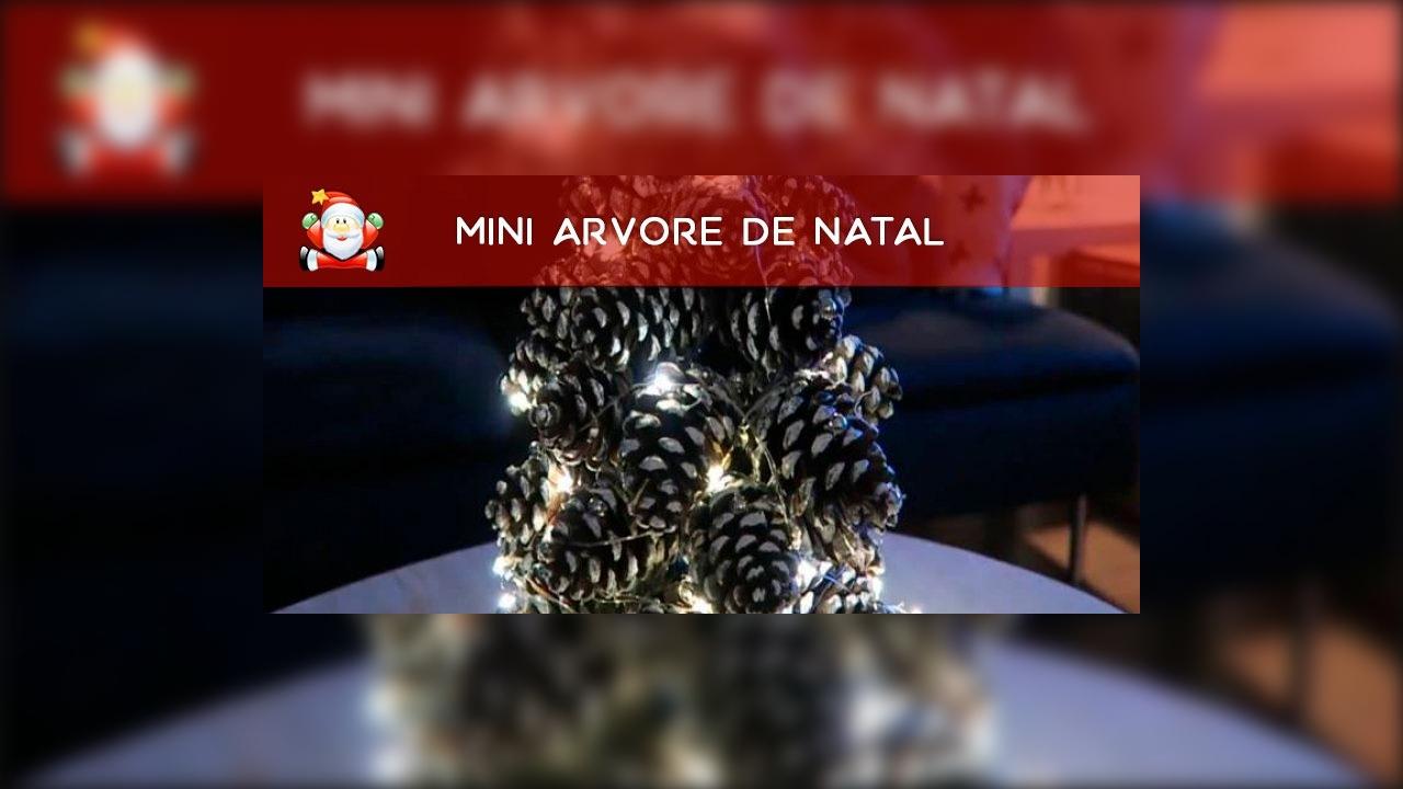 Mini árvore de natal com pinha no microonodas