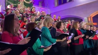 Pessoas Cantando No Coral A Música Mais Ouvida No Natal, Confira!