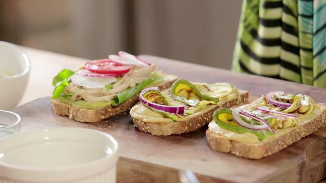 Receita de natal de sanduíche aberto com pasta de grão de bico