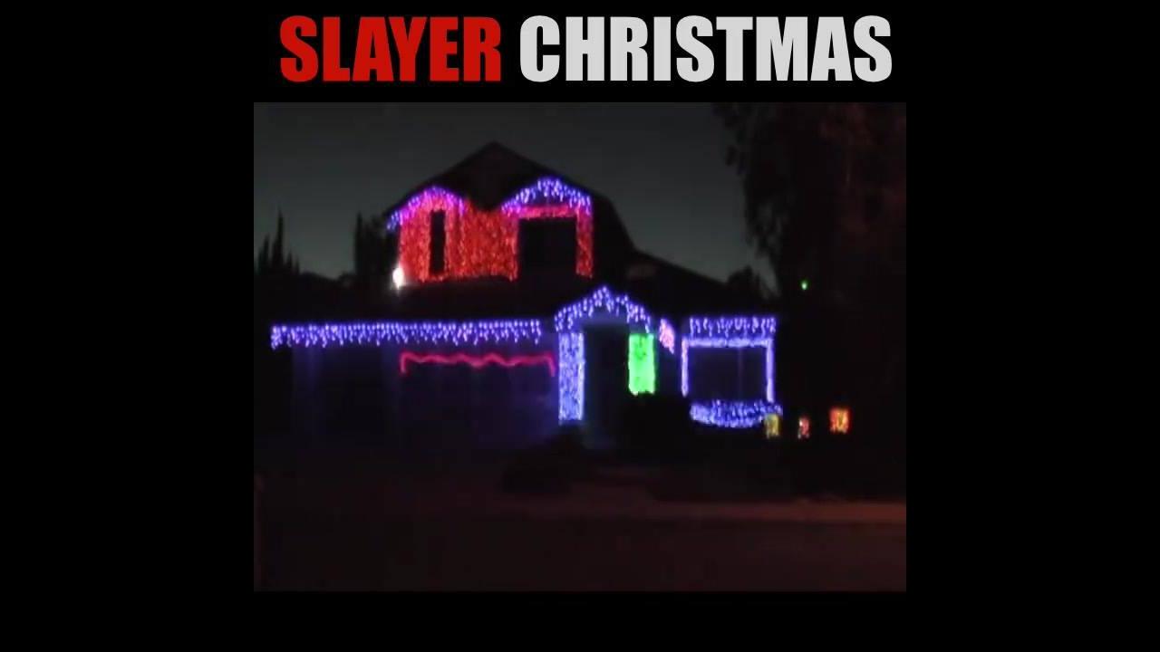 Video de natal com casa decorada com luzes dançando ao som de rock pesado