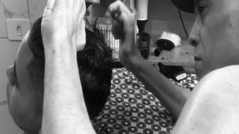 Cabeleireiro Paraplégico Corta Cabelo Deitado, Desafiando A Sua Deficiência!