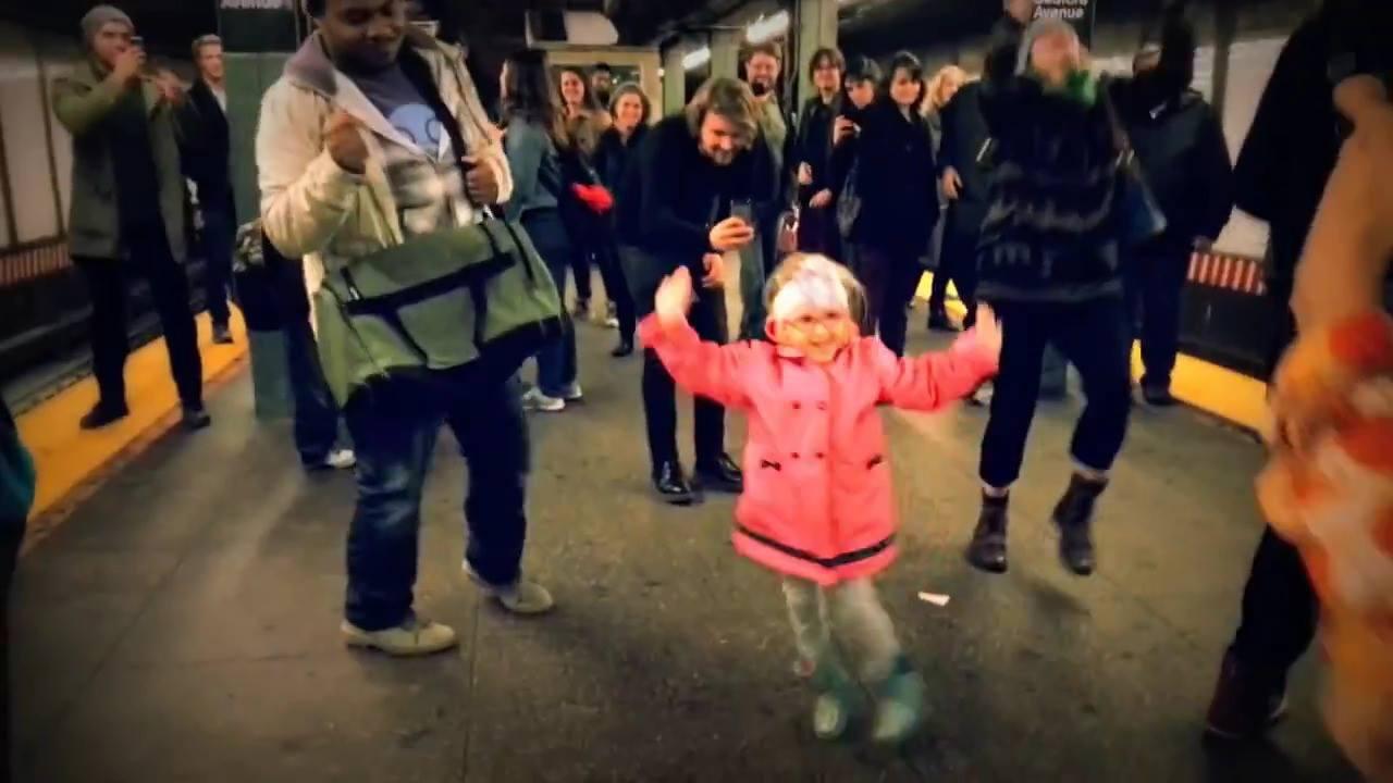 Garotinha dança de felicidade para comemorar a chegada da sexta-feira