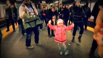Garotinha Dança De Felicidade Para Comemorar A Chegada Da Sexta-Feira!