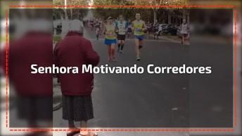 Senhora Dando Toquinho Para Corredores Em Maratona, Que Linda Motivação!