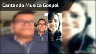 Cantando Com Cantor Gospel Em Aplicativo De Karaokê. Muito Lindo!