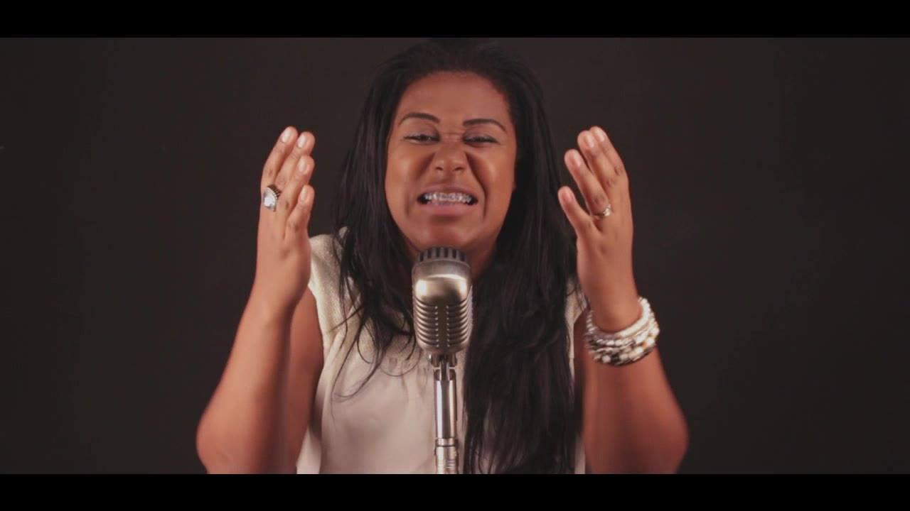 Cantora amadora fazendo cover de musica evangélica