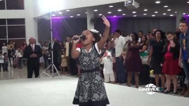 Garotinha Louvando A Deus, Olha Só A Força De Deus Nesta Menina!
