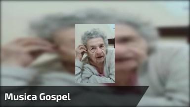 Senhora Idosa Cantando Música Gospel, Ela É Uma Fofura, Confira!