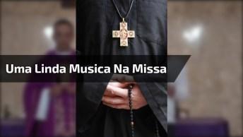 Uma Linda Música De Deus Cantada Por Cantor Famoso Em Uma Missa, Compartilhe!