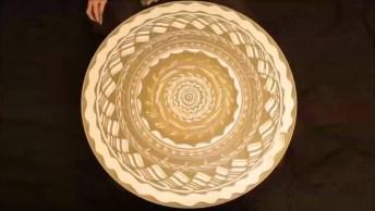 Arte Incrível De Desenhar Sobre Areia Em Uma Roda Em Movimentos, Confira!