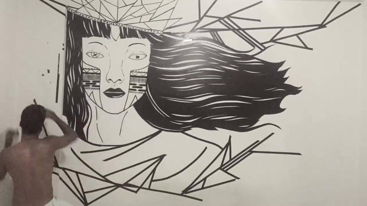 Desenho de mulher feito na parece de casa um artista