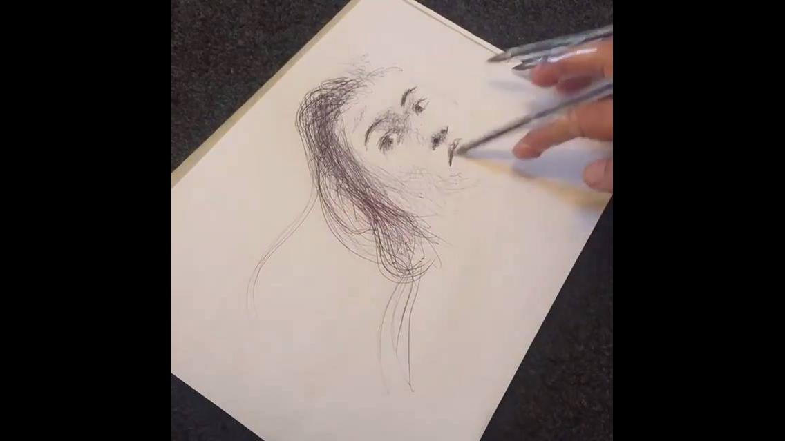 Desenho de uma mulher feito com caneta