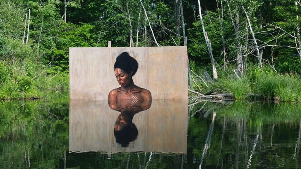 Desenhos de mulheres feito próximo a água