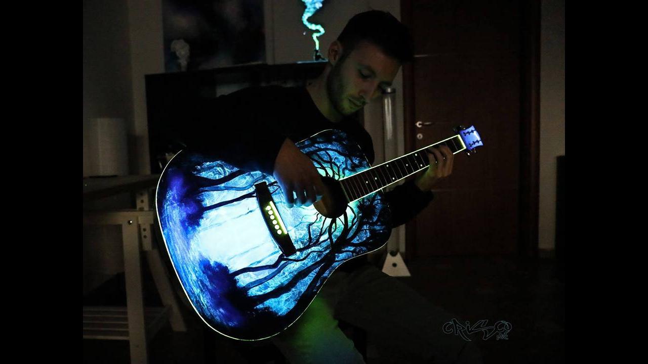 Instrumento musical sendo transformado em obra de arte