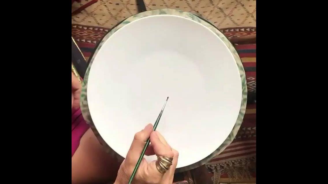 Mandala sendo feita com tela giratória e com pincel