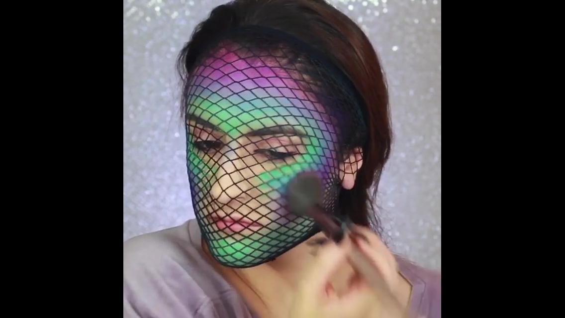 Maquiagem artística, veja que desenho incrível no rosto