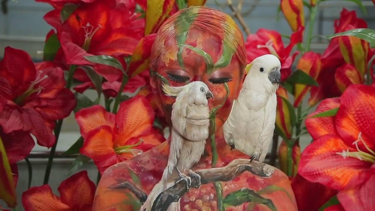 Pintura corporal que mistura mulher com a natureza