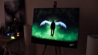 Quadro Com Desenho De Anjo Pintado Com Tinta Que Brilha No Escuro Lindo!
