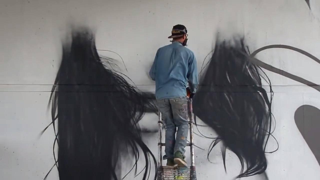 Vídeo mostrando a arte de grafitar