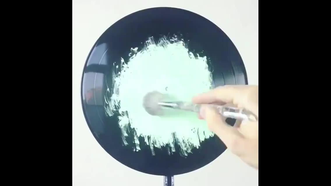 Vídeo mostrando a arte de transformar um disco de vinil em uma obra de arte