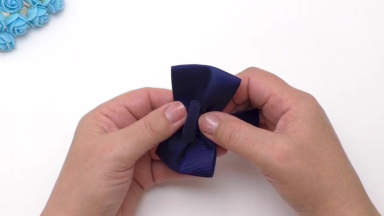 Aprenda a fazer laços com duas cores de fitas