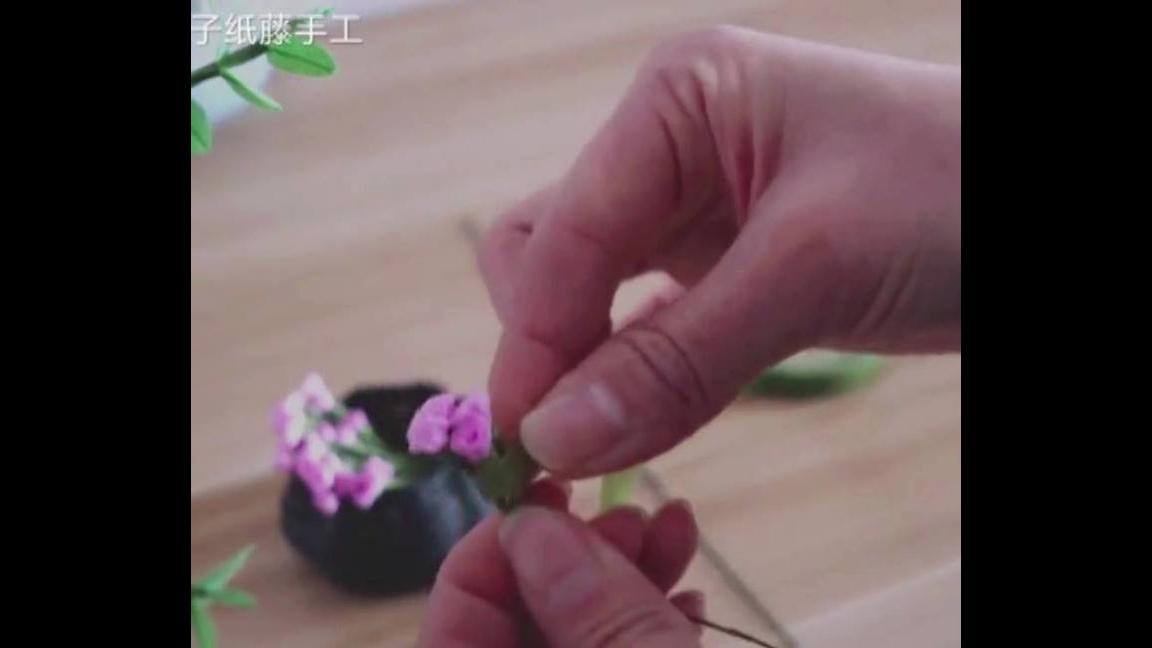 Arranjo de flor feita com papel crepom